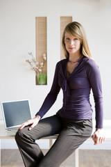 Geschäftsfrau sitzt am Schreibtisch, Portrait