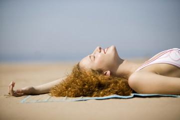 Junge Frau Entspannung am Strand, Nahaufnahme