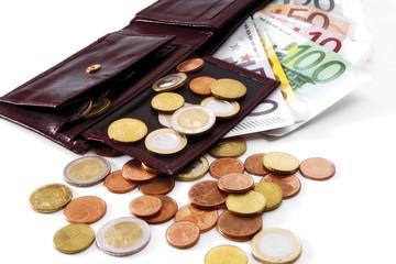 Euro Münzen und Scheine fallen aus der Brieftasche