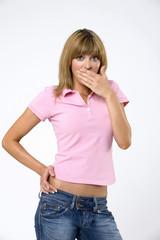 Junge Frau mit der Hand über den Mund, Portrait