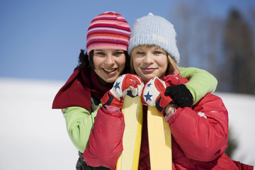 Zwei Mädchen tragen Anoraks, Portrait