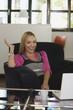Junge Geschäftsfrau im Büro, lachend