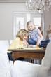Junge und Mädchen spielen zusammen, Großeltern im Hintergrund