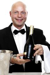 Barkeeper hält eine Flasche Sekt, Portrait