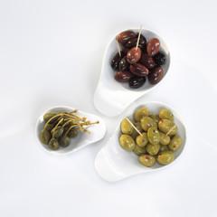 Oliven und Kapern in Schalen