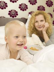 Mutter und Baby, im Schlafzimmer, lächelnd