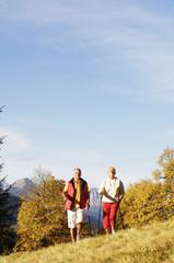 Älteres Paar Nordic Walking im Freien