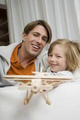 Vater und Sohn spielen mit Modellflugzeug, Portrait