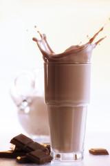 Heiße Schokolade und Stücke von Schokolade, Nahaufnahme