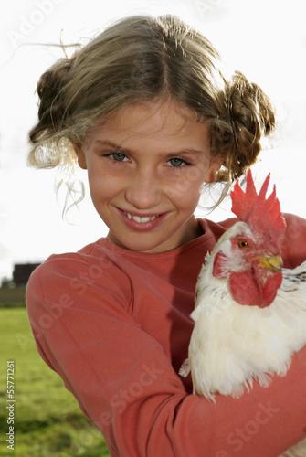 Mädchen mit Hahn