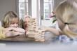 Großmutter und Enkel spielen zusammen