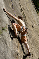 Junger Mann, Klettern in Kletterwand