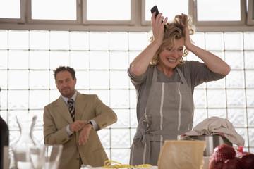 Älteres Paar in der Küche, Frau rauft sich die Haare
