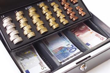 Geldkassette mit Münzen und Banknoten gefüllt, erhöhte Ansicht, Nahaufnahme