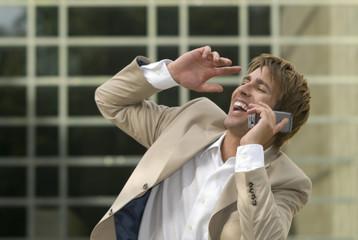 Geschäftsmann mit Handy, Lachen, Nahaufnahme