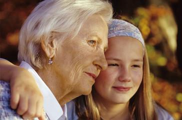 Enkelin und Großmutter, Umarmung, lächeln