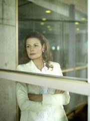 Geschäftsfrau, Blick aus dem Fenster