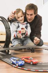 Vater und Sohn spielen Autorennen
