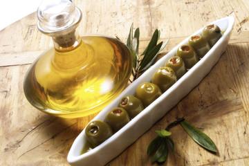 Flasche Olivenöl und Oliven, erhöhte Ansicht