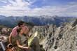 Österreich, Salzburger Land, Paar auf Berggipfel, Portrait