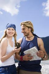 Deutschland, Bayern, Tölzer Land, Junges Paar hält Karte und Kompass