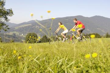 Junges Paar fährt Fahrrad