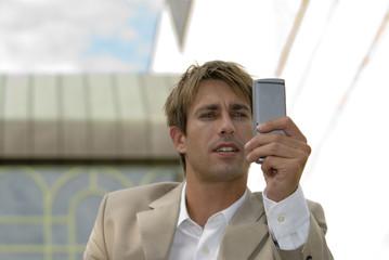 Geschäftsmann mit Handy, Nahaufnahme
