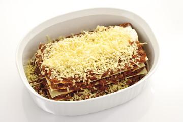 Rohe Lasagne mit Hackfleisch und Käse, erhöhte Ansicht