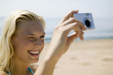 Junge Frau fotografiert