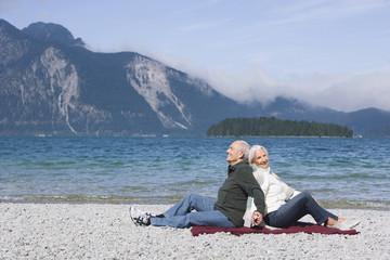 Deutschland, Bayern, Älteres Paar entspannt am See