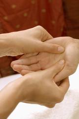 Frau bei Handmassage