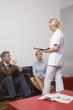 Mann spricht mit Krankenschwester