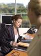 Geschäftsfrau sitzt am Schreibtisch
