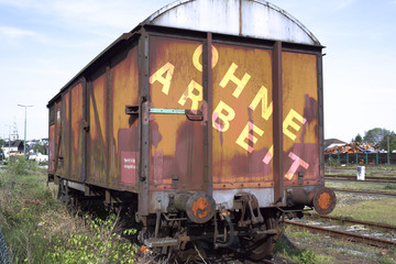 Beschrifteter Eisenbahnwagen