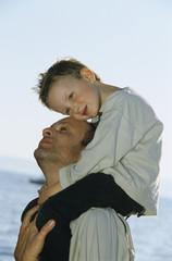 Vater trägt Jungen auf den Schultern