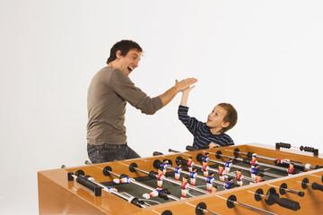 Vater und Sohn beim Tischfußball