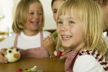 Eltern mit Kindern spielen in der Küche, Lächeln