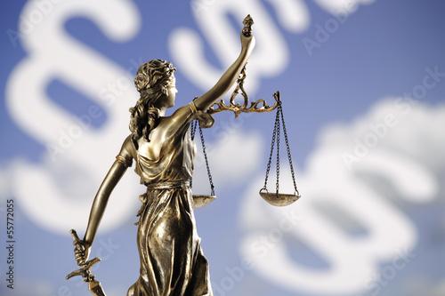 Justizia Figur vor Paragraphen, Rückansicht, Nahaufnahme