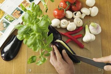 Mann Gemüse schneidend, erhöhte Ansicht