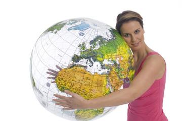 Frau hält aufblasbaren Globus