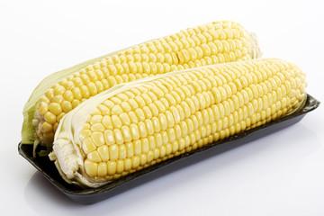 Frische Maiskolben auf Tablett, Nahaufnahme