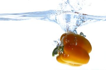 Paprika ins Wasser fallen, Wasser spritzt
