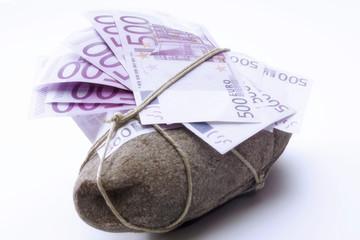 Fünfhundert Euro-Banknoten an einen Stein gebuden
