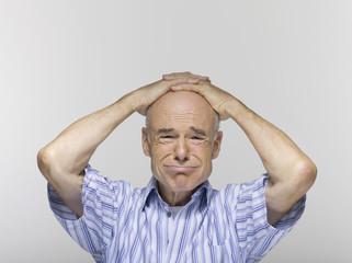 Älterer Mann, die Hände am Kopf, Portrait, Nahaufnahme