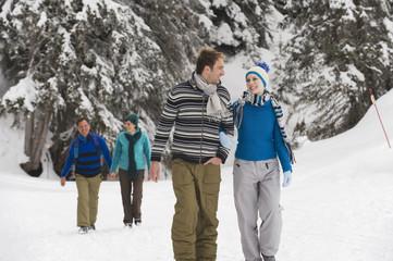 Italien, Südtirol, Junge Leute beim Winterspaziergang
