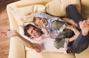 Vater und Sohn albern herum