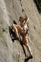Junger Mann, Klettern