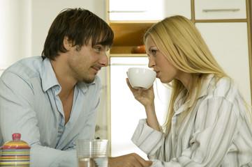 Junges Paar mit Frühstück in der Küche