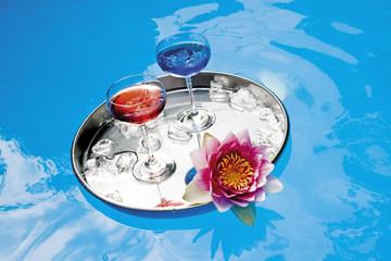 Getränke auf Tablett in schwimmendem Pool, erhöhte Ansicht