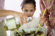 Eltern und Tochter machen Salat